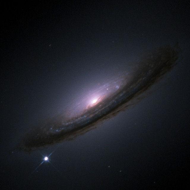 Las supernovas producen destellos de luz intensísimos que pueden durar desde varias semanas a varios meses. Se caracterizan por un rápido aumento de la intensidad luminosa hasta alcanzar una magnitud absoluta mayor que el resto de la galaxia. Posteriormente su brillo decrece de forma más o menos suave hasta desaparecer completamente. IMAGEN: Hubble mostrando la supernova 1994D abajo a la izquierda y la galaxia NGC 4526.