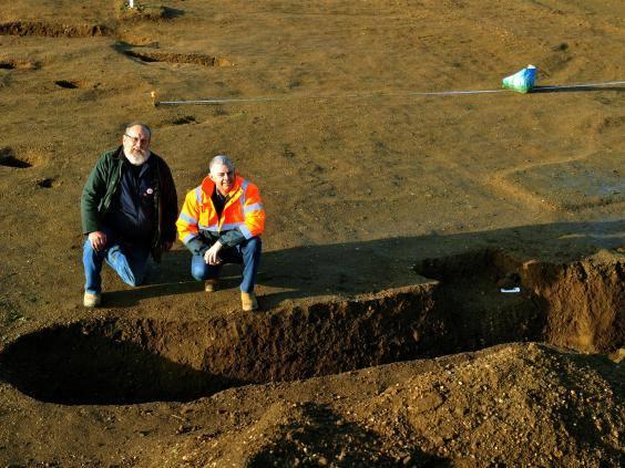 John Tibbles (izquierda) durante la excavación arqueológica.
