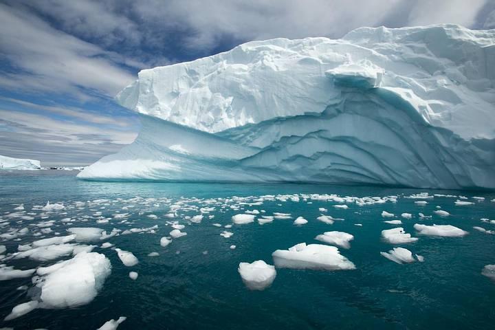 La fusión de las capas de hielo en Groenlandia y la Antártida está acelerando el ritmo —ya acelerado— del aumento del nivel del mar, según muestra una nueva investigación satelital.