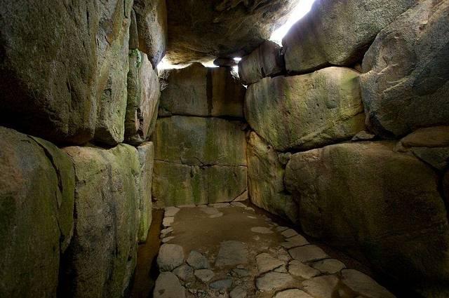 Dentro de una de las tantas tumbas ancestrales en Asuka, en el área de Nara, Japón.