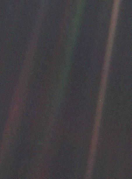 UN PUNTO AZUL PÁLIDO... Puede observarse la Tierra como un punto de luz entre blanco y azulado situado en la franja marrón de más a la derecha de la imagen. La fotografía fue tomada a una distancia de 6000 millones de kilómetros de la Tierra por la Voyager 1 en 1990.