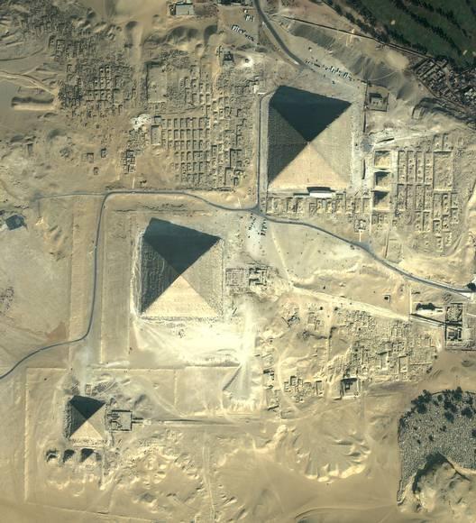 Las tres pirámides están alineadas con una precisión casi perfecta con los cuatro puntos cardinales, con una mínima desviación de 0,66 grados.