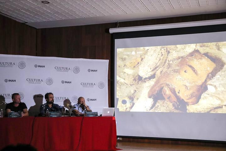Investigadores dan a conocer descubrimiento en México. En la proyección puede observarse la máscara de la deidad hallada. Foto: El Universal .