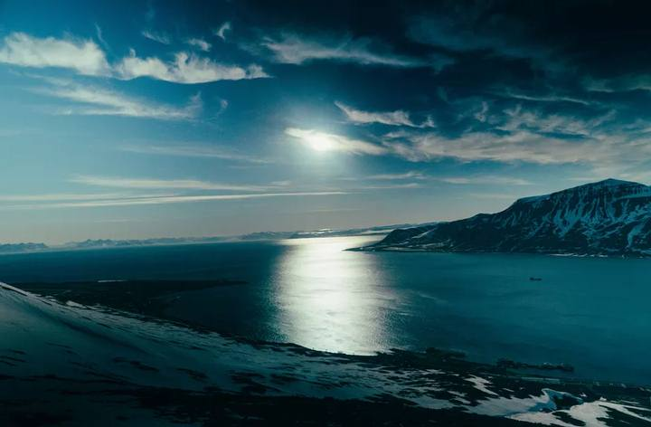 El sol veraniego sobre Svalbard, Noruega, un archipiélado que está sufriendo las consecuencias del cambio climático.