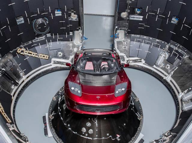 El Tesla Roadster días antes de ser lanzado al espacio como carga útil del cohete Falcon Heavy de SpaceX.