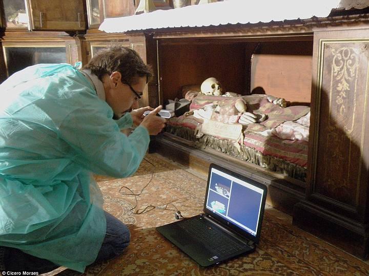 El italiano Luca Bezzi fue el encargado de fotografiar detalladamente el cráneo atribuido a San Valentín, en un proceso supervisado por la Iglesia católica.