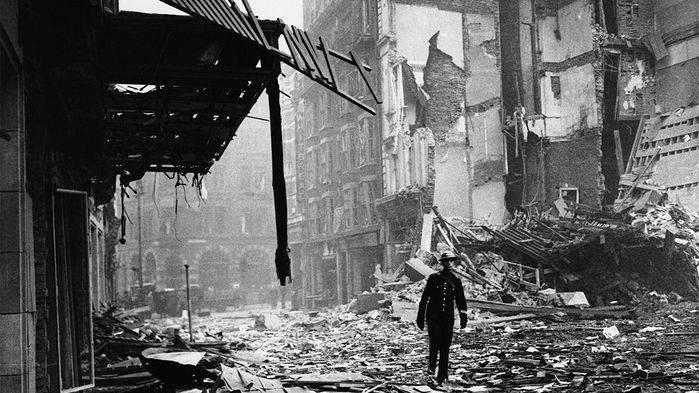 Un soldado camina por la plaza londinense de Leicester Square luego que fuera bombardeada por los alemanes durante la Segunda Guerra Mundial.