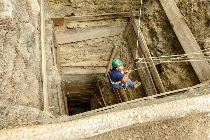 Huesos de perro fueron encontrados en los niveles inferiores de dos pozos, cada uno dentro de una pirámide en Ceibal.