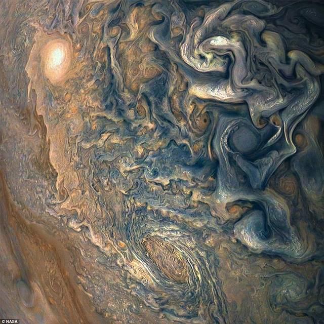 Juno tomó esta colorida imagen de las nubes turbulentas en el hemisferio norte de Júpiter el 16 de diciembre de 2017, a unos 13,345 km de distancia.