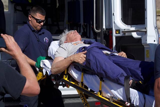 'Mad' Mike Hughes es llevado en una camilla luego del lanzamiento y retorno a tierra de su cohete, cerca de Amboy, Calif., el sábado pasado.