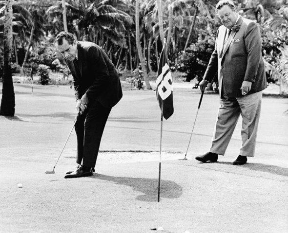Nixon y Gleason jugando al golf.