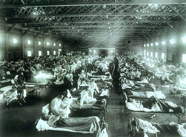 Hospital improvisado en Kansas durante el brote de la gripe española en 1918.