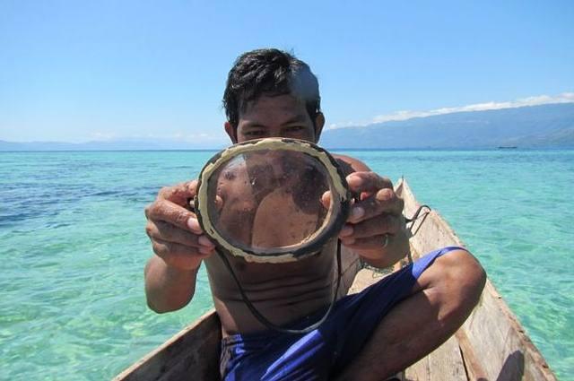 Con la ayuda de un par de pesos y unas precarias gafas de cristal y madera, algunos miembros de la etnia son capaces de permanecer bajo el agua durante 13 minutos y descender hasta 70 metros de profundidad.