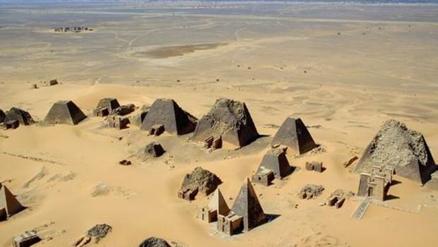 Fotografía aérea de las Pirámides Nubias de Meroe.