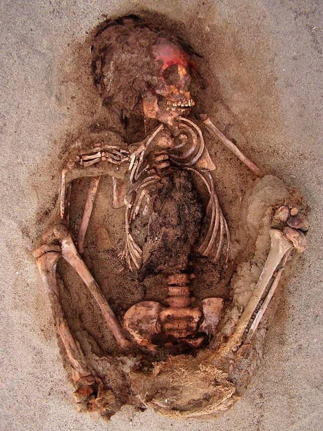 Durante la ceremonia, a muchos de los niños se les embadurnó el rostro con un pigmento rojo a base de cinabrio antes de que se les abriera el pecho, probablemente para quitarles el corazón. Las llamas de los sacrificios parecen haber tenido el mismo destino.