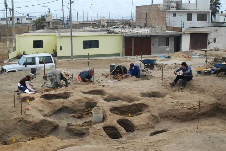 Arqueólogos durante los trabajos de excavación.