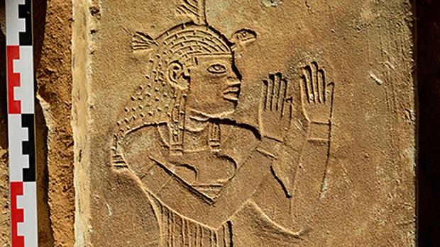 Uno de los dinteles encontrados por arqueólogos franceses que representa a al diosa egipcia Maat.