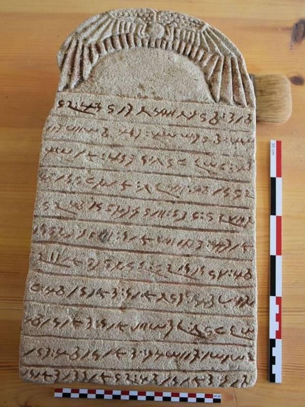 Una de las tablillas funerarias encontradas.