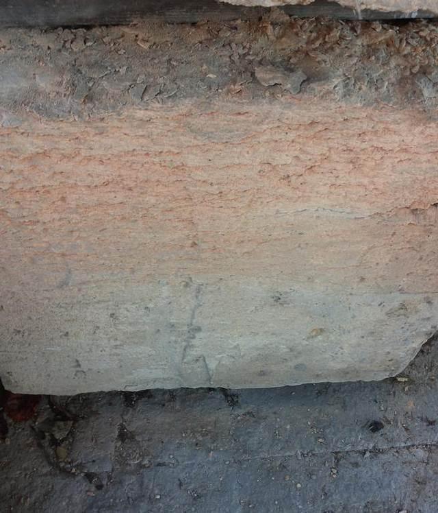Detalle del sarcófago donde se intuye la cruz templaria esculpida.