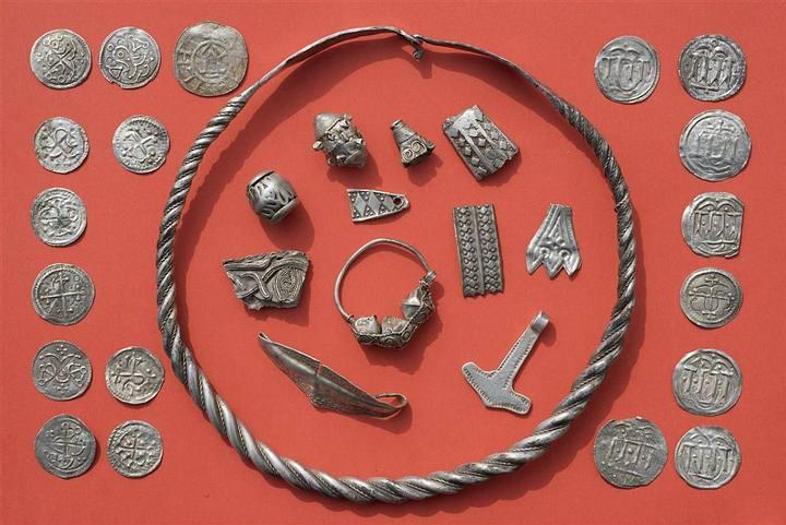 La finura de los labrados de las joyas encontradas lleva a concluir a los arqueólogos que se trata de un trabajo propio de orfebres de la corte.
