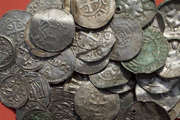 Monedas sajonas, otonianas, danesas y bizantinas, algunas aparentemente usadas como pendientes (aquellas agujereadas).