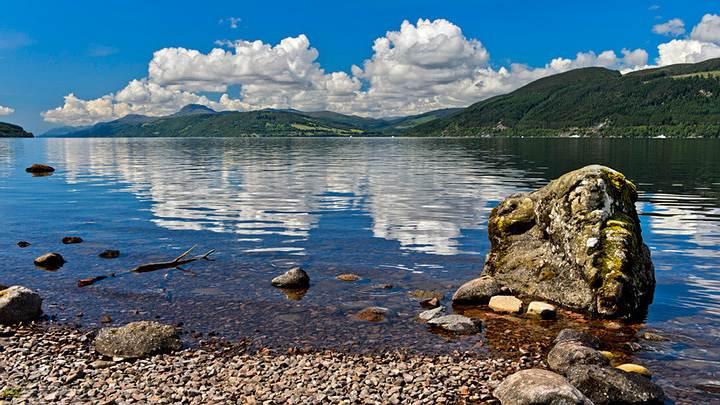 Panorámica del lago Ness en Escocia, Reino Unido.