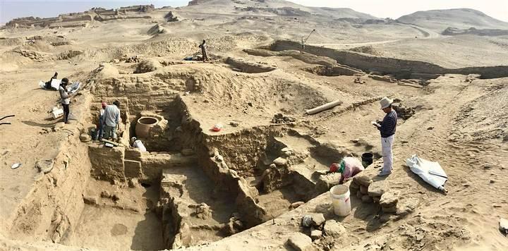 El sitio arqueológico incluye un santuario dedicado a los antepasados locales, con grandes cámaras funerarias y numerosas momias, muchas de las cuales fueron saqueadas durante la conquista española.