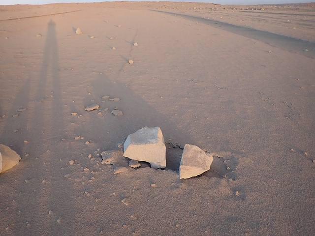 Una de las rocas arrojadas por el volcán sobre una capa de cenizas. Foto: USGS.