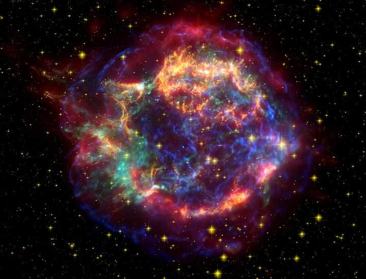 Cassiopeia A (foto) es un remanente de supernova en la constelación de Casiopea y la fuente astronómica de radio más brillante fuera del Sistema Solar a frecuencias superiores a 1 GHz. La supernova que originó este remanente se encontraba dentro de la Vía Láctea a una distancia de aproximadamente a 11 mil años luz, demasiado lejos como para afectar a la Tierra.