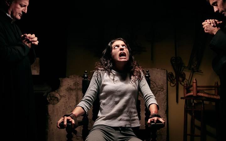 Los posesos también presentan una fuerza sobrehumana que lleva a atarlos o ser sostenidos por varias personas al momento del exorcismo.