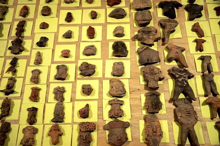 Figurillas halladas durante las excavaciones arqueológicas. Foto: Mauricio Marat, INAH.