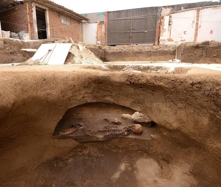 Esqueleto en el interior de una fosa. Foto: Mauricio Marat, INAH.